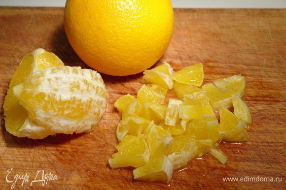 В это время очистим апельсины, режем. С лимона натрём цедру 1 ст. л. Разогреть на сковороде сахар, пока не начнет карамелизоваться. Добавить апельсины, лимонную цедру. Постоянно помешивая, готовить 5 минут. снять с огня, добавить коньяк.
