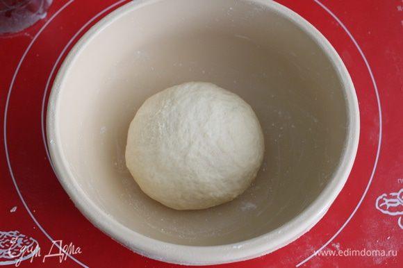 Вымешивать тесто нужно не менее 10 минут до гладкости. Кладем в чашку, накрываем.