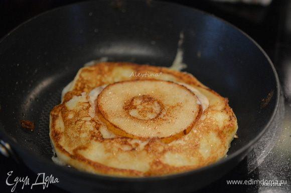 На сковороду выложить сначала грушевое кольцо. Готовить примерно 1 мин. Затем сверху приготовленное тесто в небольшом количестве. Перевернуть осторожно как схватится на другую сторону. Переложить на тарелку. Так с каждой порцией.