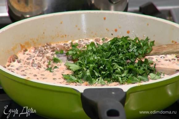 Петрушку и листья базилика мелко порезать, добавить в сковороду, все перемешать и снять с огня.