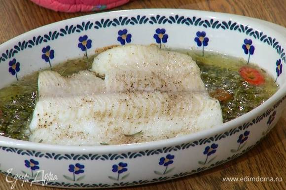 Запекать рыбу в разогретой духовке 30 минут.