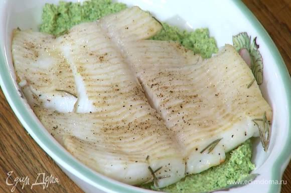 Запеченную рыбу вынуть из формы, дать стечь лишнему маслу и выложить в блюдо на песто.