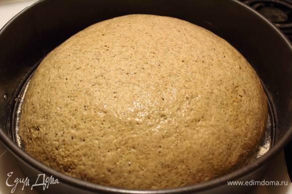 Духовку разогреть до 200°C и подошедший хлебушек отправить выпекаться, снова смочив его сверху теплой водой. Минут через 25-30 вытащить хлеб и снова хорошенько увлажнить поверхность теплой водой. Отправить назад в духовку еще на минут 10.
