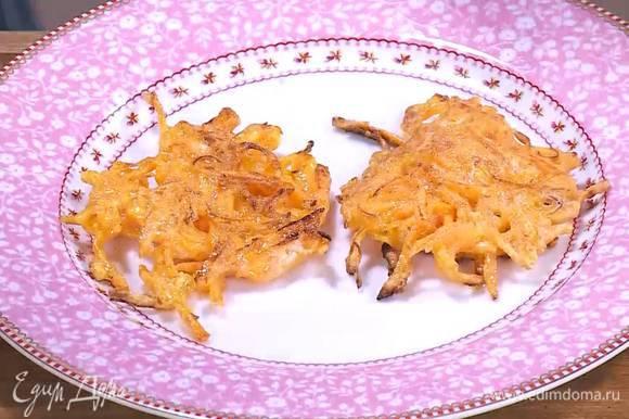 В сковороду, где жарились грибы, влить оставшееся оливковое масло и пожарить тыквенные драники.