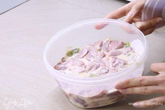 Миску с мясом накрываем крышкой либо пищевой пленкой и ставим в холодильник на 40 минут.