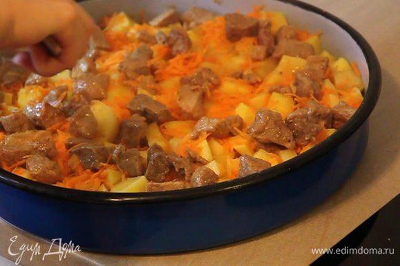 Сверху морковки выкладываем поджаренное мясо.