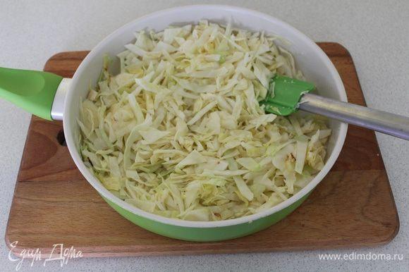 Пока тесто поднималось, нашинковать капусту, потушить на растительном масле, посолить.