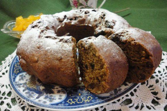 Выпекать 45 минут (или ориентируйтесь по своей духовке) при температуре 180°С. Пирог получился с такими аппетитными трещинками, как у кекса. Готовый пирог посыпать сахарной пудрой. Приятного воскресного чаепития!