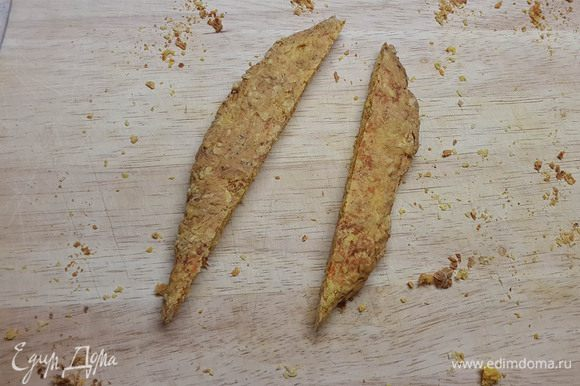 Теплый корж нарезать треугольниками (а-ля морковка). На фото обрезки)