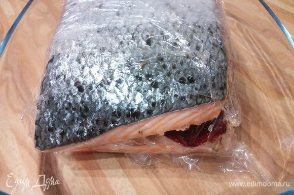 Накрыть досточкой и поставить на неё груз. В таком виде лосось отправить в холодильник на 4-5 дней.