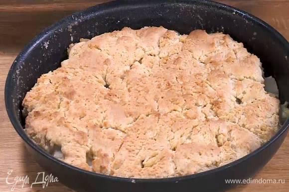 Выпекать пирог в разогретой духовке 25‒30 минут.