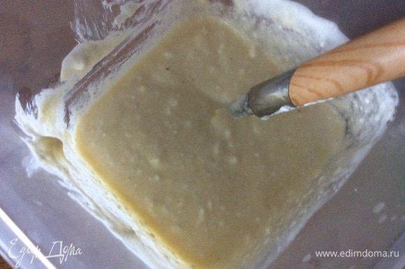 Творог смешиваем со сметаной, манкой и разрыхлителем. Яйца делим на белки и желтки, последние бьем с сахаром. Белки взбиваем до пиков и объединяем все составляющие (хотя в этот раз я просто соединила все ингредиенты).