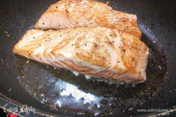 Разогреть духовку до 180°С. Лосось посолить и поперчить. Разогреть масло на сковороде и обжарить лосось сначала со стороны филе в течении 3-4 мин, перевернуть рыбу на сторону кожи и запекать в духовке в течении 10 мин.