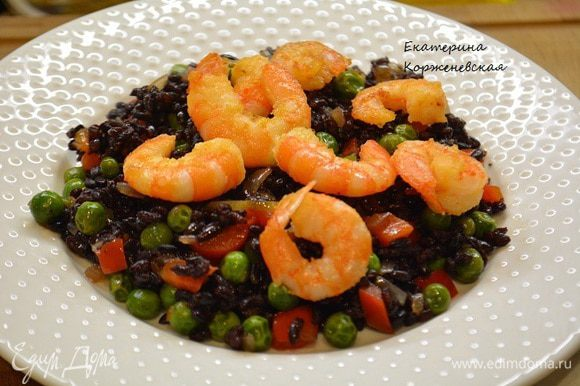 Выложить рис с овощами на блюдо и сверху украсить обжаренными креветками. Приятного аппетита!