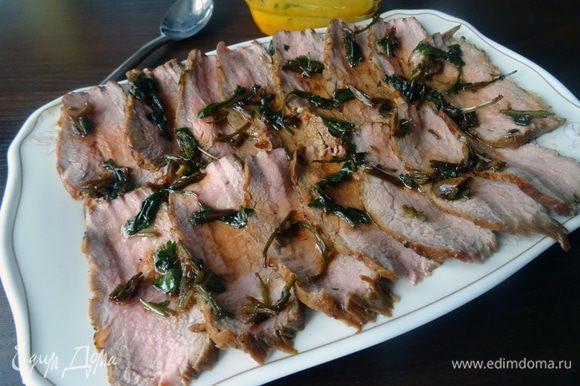 Выложить мясо на тарелку и слегка полить маринадом. Для соуса смешать йогурт с солью и измельченным зеленым луком.