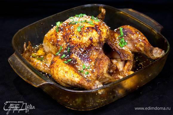 Проверить готовность курицы. Если курица готова, то смазать остатками глазури, посыпать луком и кунжутом. Блюдо готово.