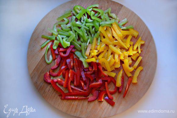 Перцы промойте, очистите от семян и также нарежьте небольшими брусочками.