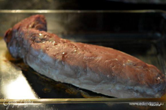 Разогреть духовку до 200°С. Выложить свинину (мякоть или вырезка) в жаропрочное блюдо. Поставить в духовку на 35 мин.