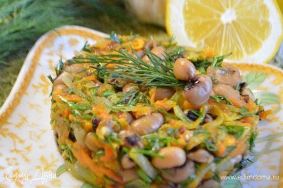 Посолить и поперчить по вкусу, добавить молотый кориандр, перемешать и дать 10 минут настояться. Выложить в салатник и можно подавать. Приятного аппетита!