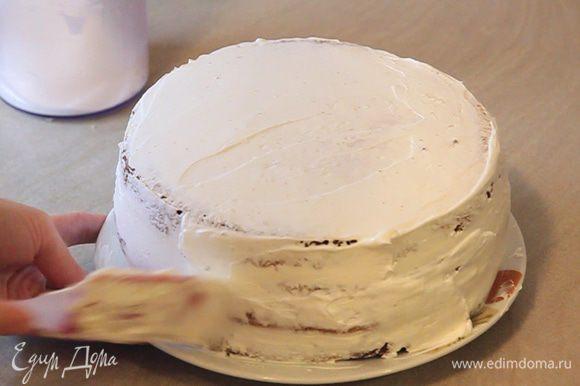 В конце оставшийся крем распределяем по всей поверхности торта.
