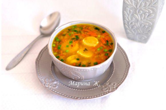 Через 10 минут после того, как добавили в суп морковь, добавить чесночные рулеты. Помешать. Сначала рулетики потонут, но через несколько минут всплывут. Варить примерно 5-7 минут. Добавить зелень. Снять суп с огня. Можно подавать к столу.