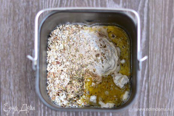 Добавить соль, дрожжи, оливковое масло, орегано и теплую воду. Включить режим замеса теста или замесить тесто руками. Оставить подходить на 2-3 часа. За это время дважды обмять.