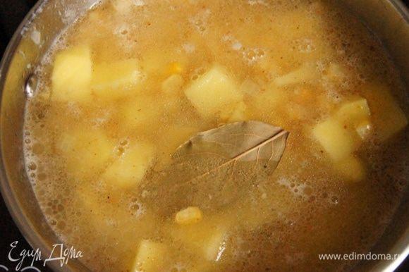 Влить куриный бульон, посолить, поперчить, добавить лавровый лист. Варить на среднем огне до готовности, минут 20-25.