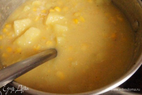 Удалить лавровый лист. Половину супа измельчить блендером в пюре. Смешать со второй половиной.