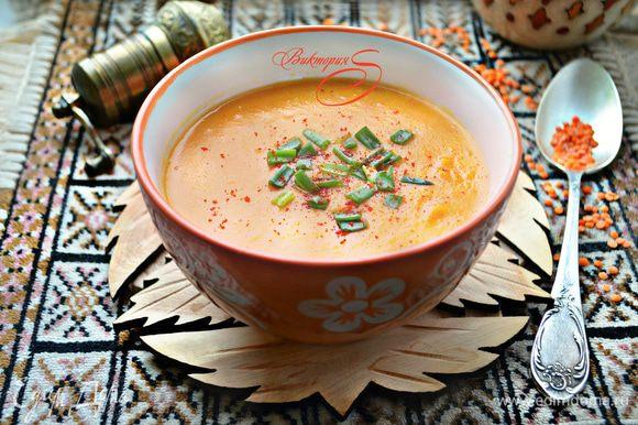 Готовый суп разлейте по тарелкам, посыпьте зеленью и тут же подавайте к столу. Приятного вам аппетита!