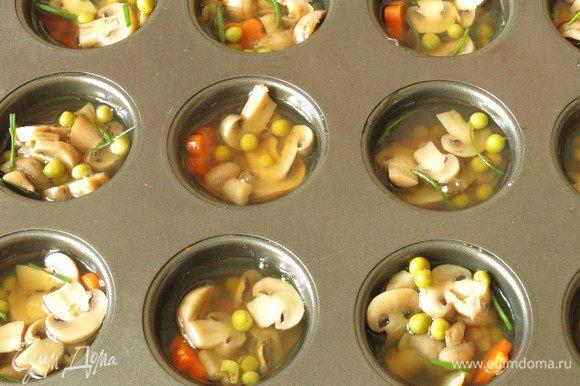 Разливаем по формочкам жидкость, ставим в холодильник на 10 минут. Достаем, при необходимости докладываем начинку, лук.