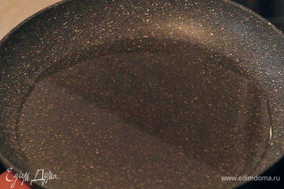 В сковороду наливаем растительное масло так, чтобы на дне сковороды образовался слой масла толщиной 0,5-1 см.