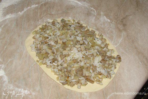 Разделить тесто на две части раскатать в овал, выложить начинку.