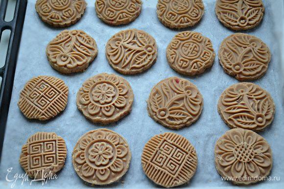 Противень с подготовленным печеньем поставьте в разогретую до 200°C духовку на 20-25 мин.