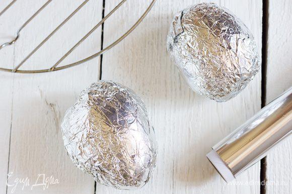 Заверните каждую картофелину в фольгу. Выложите на решетку, запекайте около 1 часа 15 минут (время зависит от размера картофеля). Достаньте из духовки, разрежьте на 4 четвертинки и остудите.