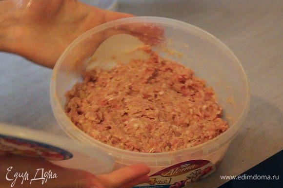 Накрываем емкость с фаршем крышкой и ставим в холодильник на 15-20 минут.