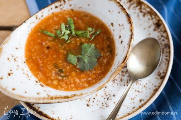 Доведите суп до кипения, добавьте оставшийся чеснок, затем убавьте немного огонь и варите 7-10 минут, периодически помешивая, пока кускус не станет нежным. Посолите и поперчите по вкусу. Приятного аппетита.