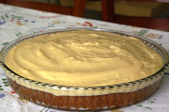 Полностью остывший пирог покрываем теплым кремом.