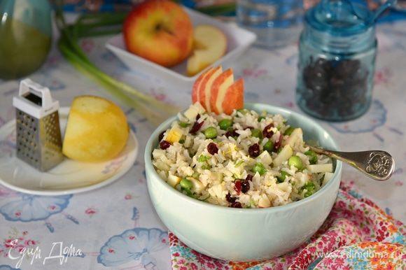Полить заправкой, перемешать. Можно дать салату немного настояться. Для красоты и аромата присыпать немного лимонной цедрой и угощать.