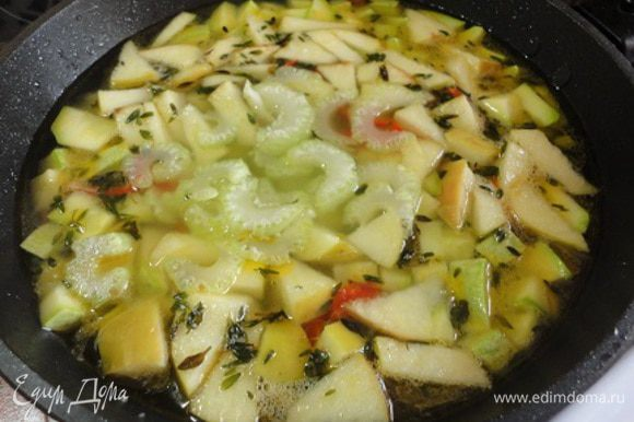 В конце добавить сельдерей, выключить плиту, накрыть крышкой и дать настояться минут 10.