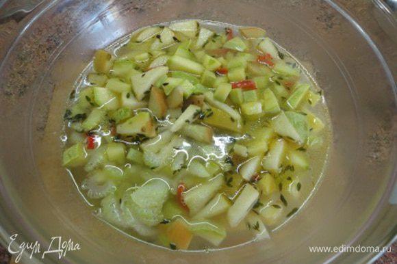 Овощи с бульоном перелить в другую посуду (красиво выглядит и в кусочках) и пюрировать.