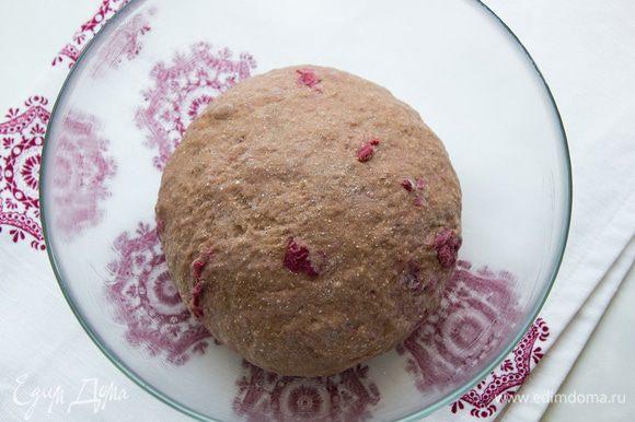 Выложите тесто на присыпанную мукой поверхность и вышивайте минут 10 до эластичного состояния. Миску смажьте сливочным маслом и уложите в нее тесто. Накройте пленкой и оставьте в теплом месте на час: тесто должно вырасти вдвое.