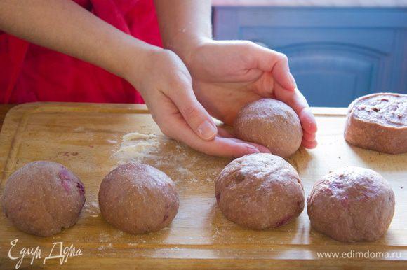 Разделите тесто на две части и скатайте в колбаски. Нарежьте каждую часть на 6 кусочков, скатайте в шарики и уложите на противень.