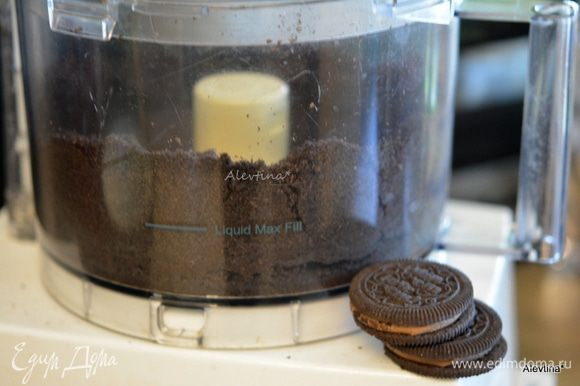 Печенье Орео взбить в крошку со сливочным размягченным маслом.