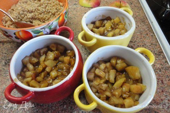 Сразу же разложить начинку по формочкам, смазанным растительным маслом.