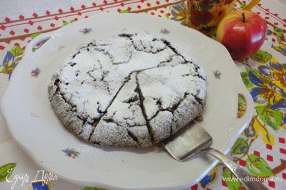 Выпекать 20-25 минут при температуре 180°C. Остывший пирог посыпаем сахарной пудрой. Корочка очень тонкая, хрустящая. Начинка без сахара, но сладкая достаточно из-за чернослива.