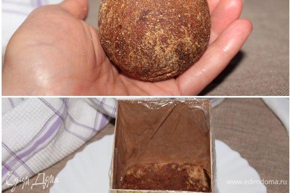 Для нашего десерта нам потребуется колобочек сантиметров 5 в диаметре. На блюдо установить разъемную форму. У меня не оказалось небольшой, я приспособила коробочку от Белевской пастилы, вырезала торцы и поставила на блюдо. Внутри коробочку обернула пищевой пленкой, создавая складочки, чтобы десерт получился рельефный, но у меня не вышло, точнее вышло, но не задумка:) С бумагой для выпечки получалось гораздо интереснее. Чтобы сориентироваться по размерам формы, высота моей формочки получилась 10 см, размер основания 7 х 8,5 см. По дну формочки распределить финиковый колобок.