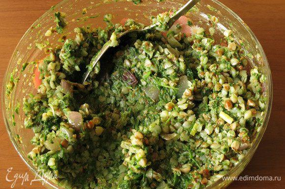 Смешиваем оставшуюся гречку, шпинат, лук, солим, перчим по вкусу.