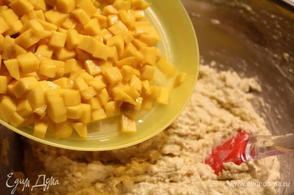 Манго порезать мелкими кубиками и вмешать в тесто.