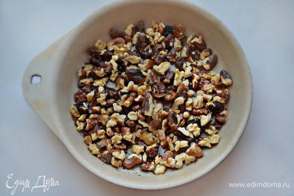 Грецкие орехи крупно порубить и немного обжарить на сухой сковороде.