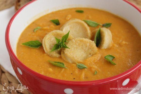 Выкладываем суп, добавляем тофу и зелень по вкусу.